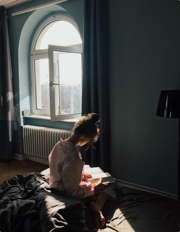 Femme qui lit sur son lit