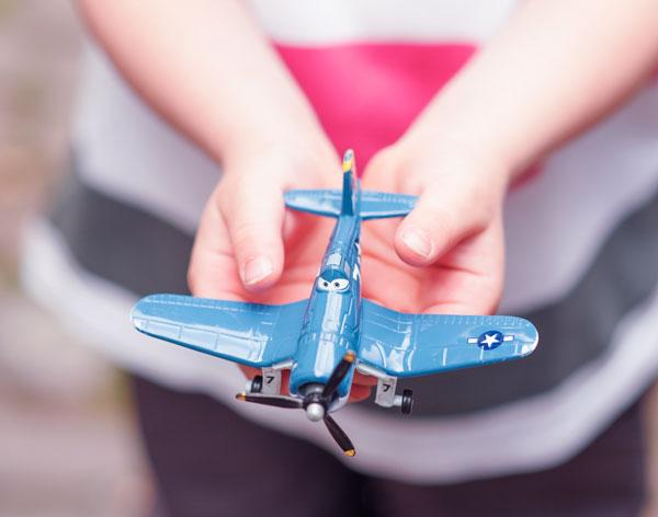 Enfant avec un avion entre les mains